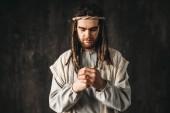 Fotografie Ježíš Kristus se modlí, tmavé pozadí, víra v Boha, křesťanské víry