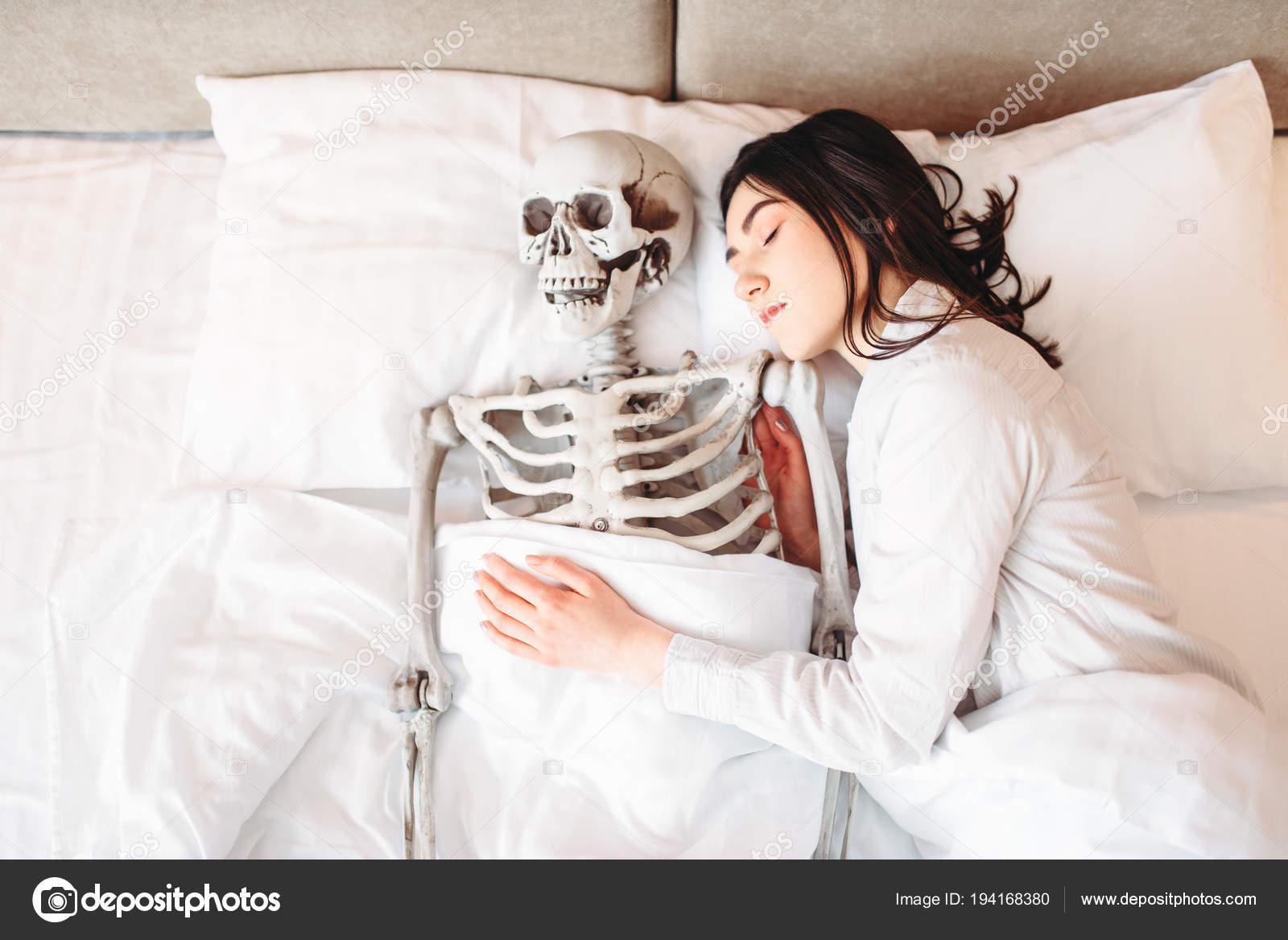 Junge Frau Schläft Schlechten Mit Lustigen Menschlichen Skelett ...