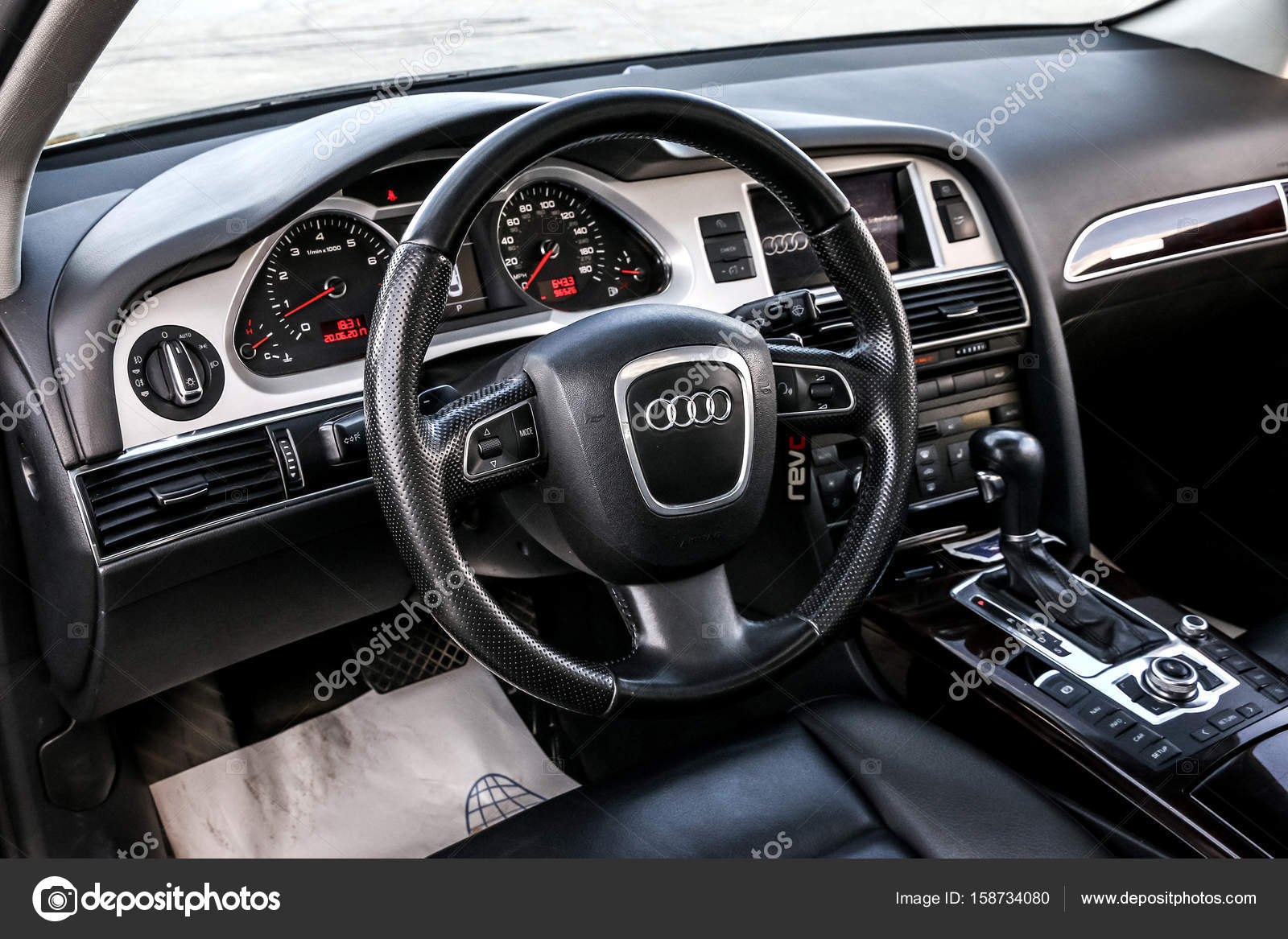 Innenraum des Audi A6 — Redaktionelles Stockfoto © Artzzz #158734080