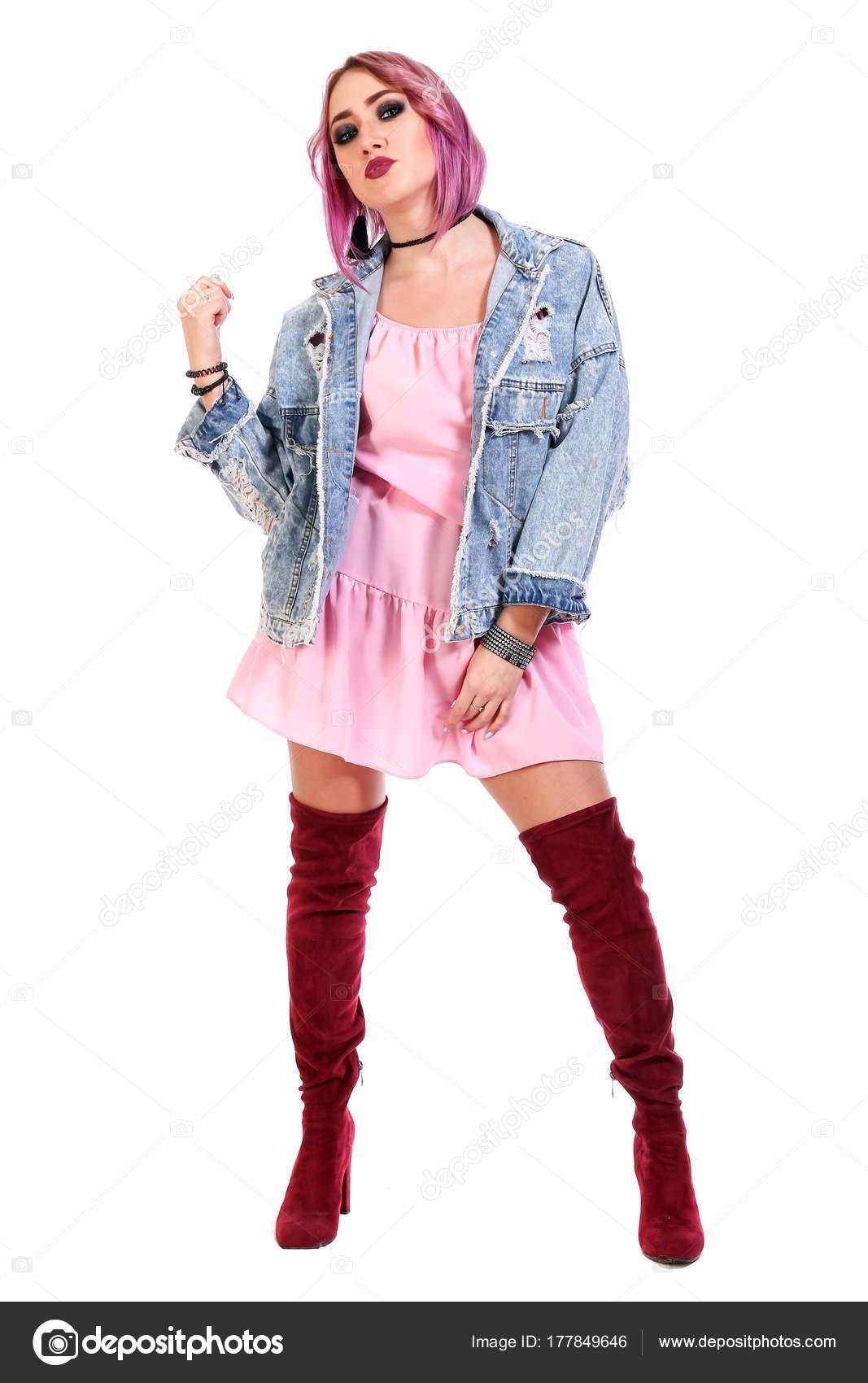Hermosa Mujer Joven Con Pelo Púrpura Una Chaqueta Vestir Jeans ...