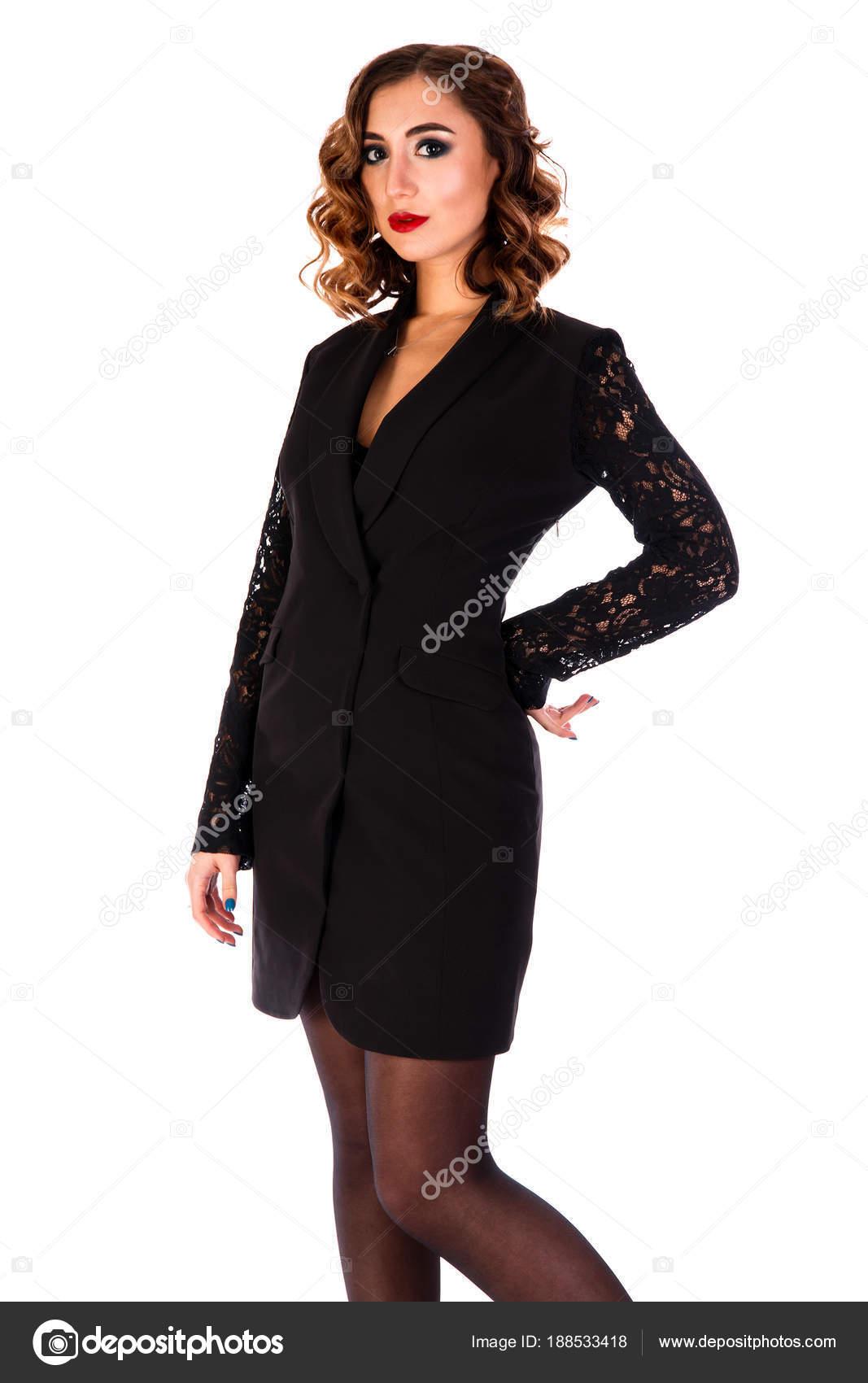 100c25671f40 Όμορφη Νεαρή Γυναίκα Ένα Κοντό Μαύρο Φόρεμα Που Απομονώνονται Λευκό —  Φωτογραφία Αρχείου