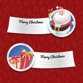 Vánoční nápisy izolované na červeném pozadí s vánoční symboly. Smějící se Santa Claus s bell a dárkové boxy. Vektorové ilustrace