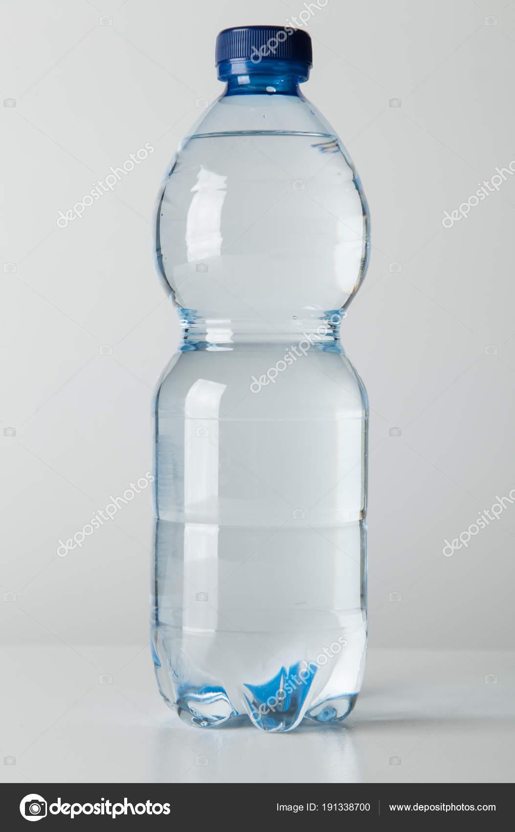 Пластмассовая бутылка с водой — Стоковое фото © gdolgikh ...