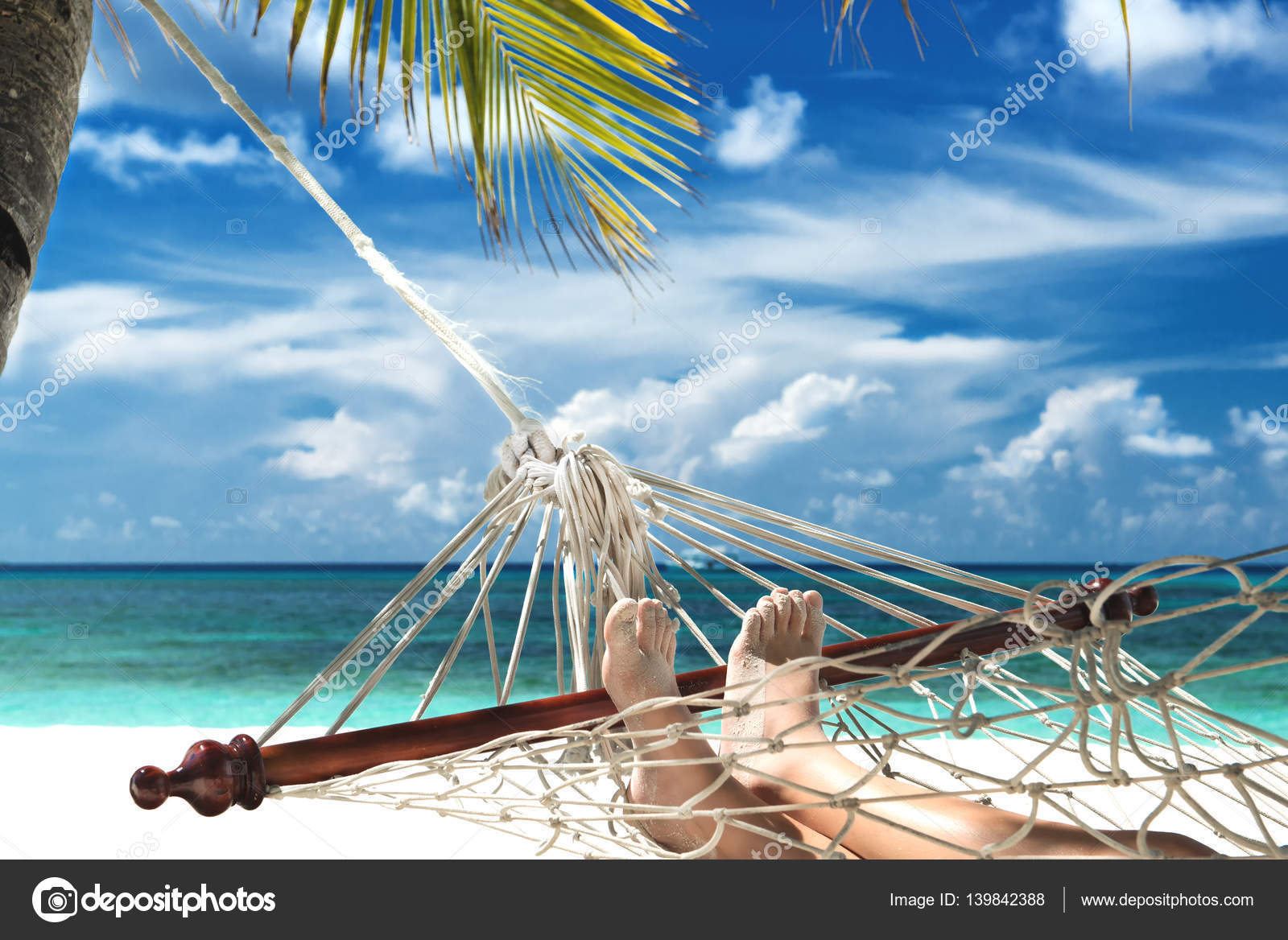 Ni o con pies de arena acostado en una hamaca en la playa - Hamacas de playa ...