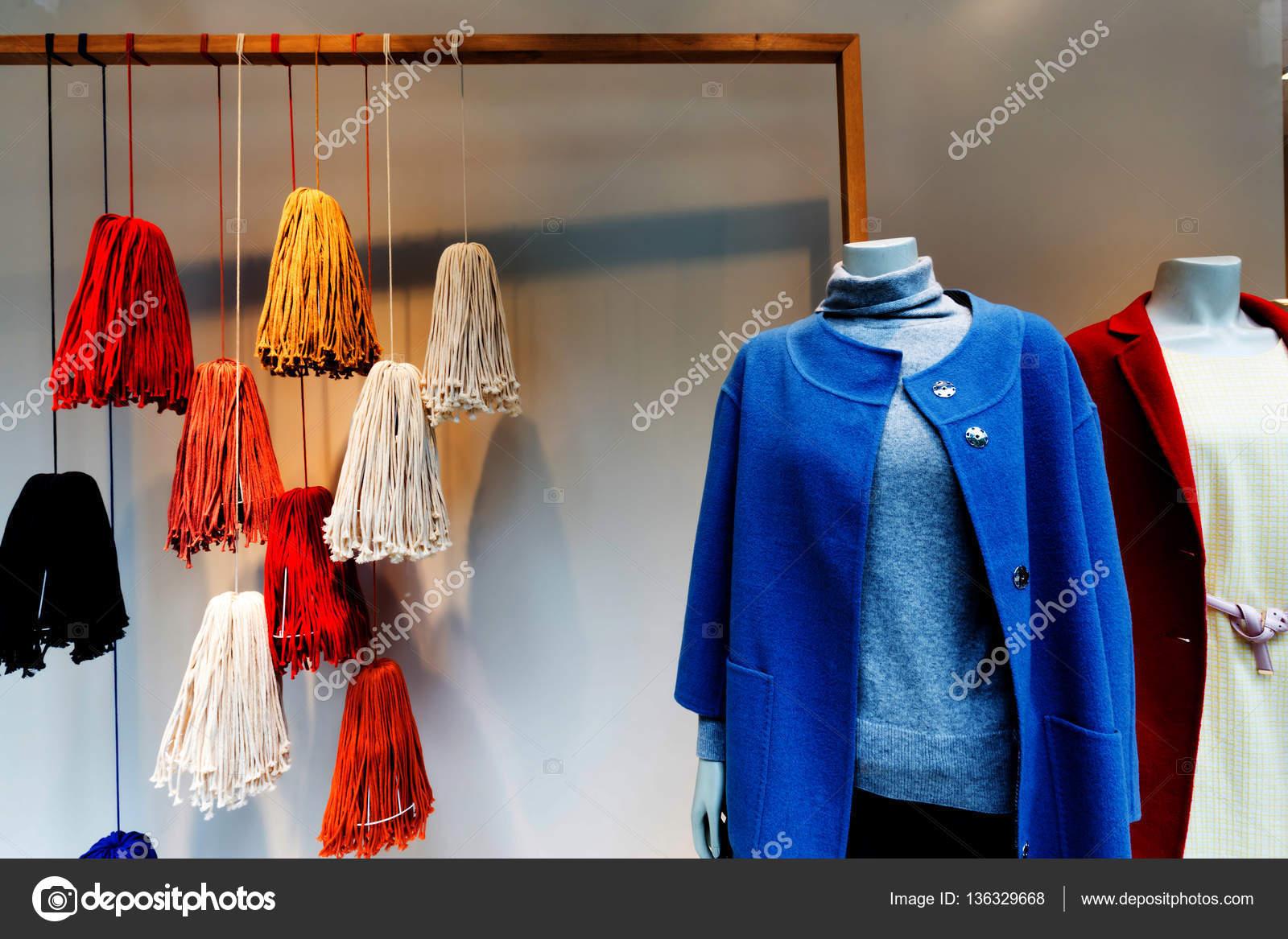 código promocional d54ca eadad Abrigos de moda en la tienda — Fotos de Stock © zhudifeng ...