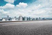 prázdné silnice s panoráma moderního města