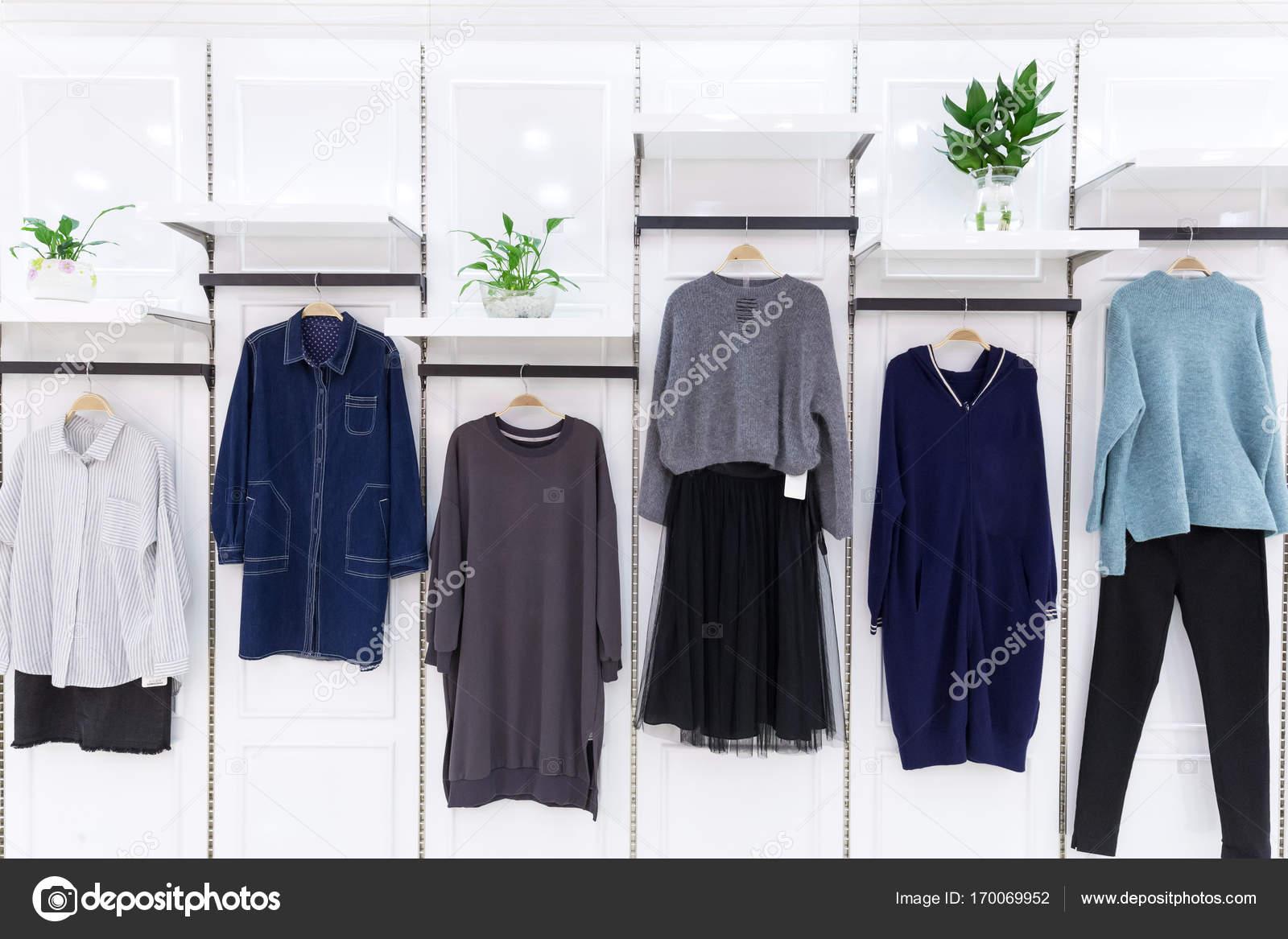 Nieuwe Kleding Mode.Nieuwe Mode Kleding In Winkelcentrum Stockfoto C Zhudifeng 170069952