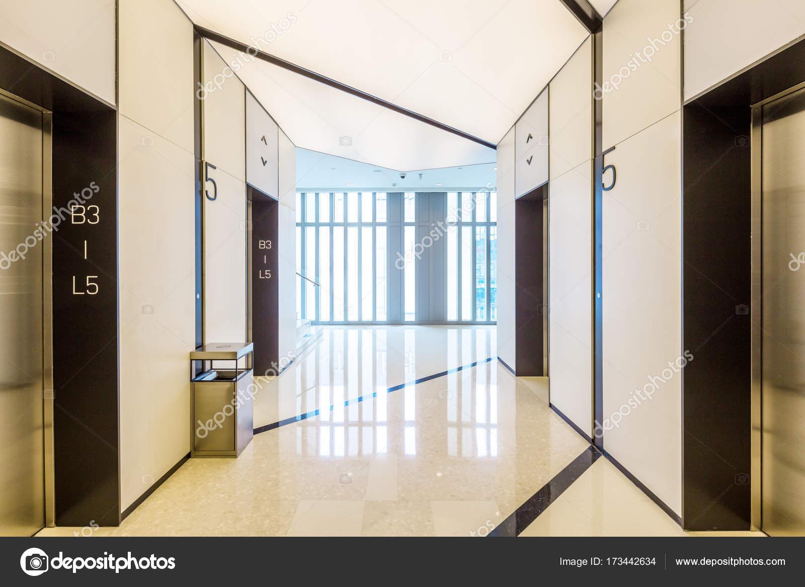 Decoratie Interieur Corridor : Interieur van moderne corridor u stockfoto zhudifeng