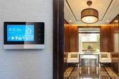 Inteligentní displej s inteligentních domů a moderní obývací pokoj
