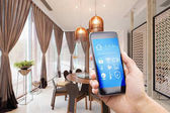 smartphone s inteligentních domů a moderní jídelny