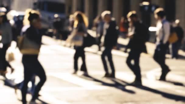 Sabahın köründe San Francisco caddesinde yürüyen isimsiz bir kalabalık.
