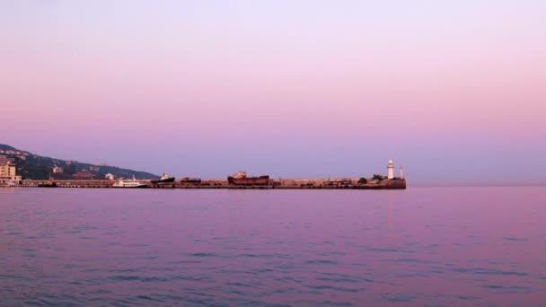 Signalfeuer auf dem Damm des Handelshafens der Republik Jalta auf der Krim