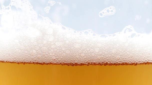 vzduchové bubliny v pěně na povrchu a ve sklenici ležáku