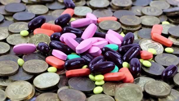 orvosi tabletták esnek egy halom fém orosz rubel