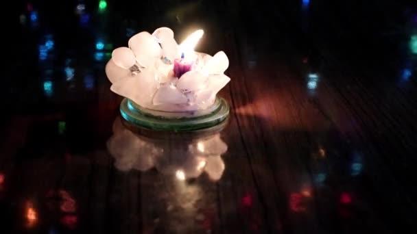 jasné světlo voskové svíčky a slavnostní osvětlení
