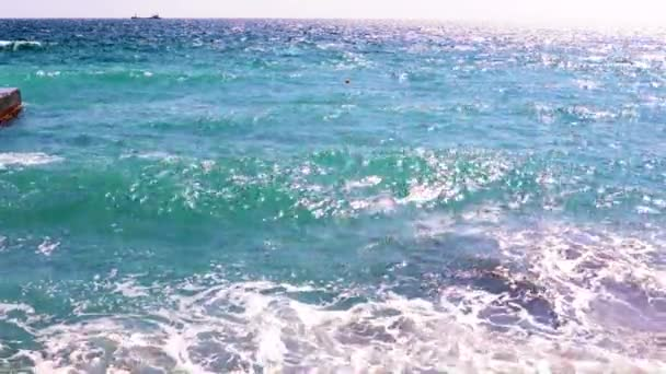 jasně osvětlený povrch moře jako skvělé místo k odpočinku