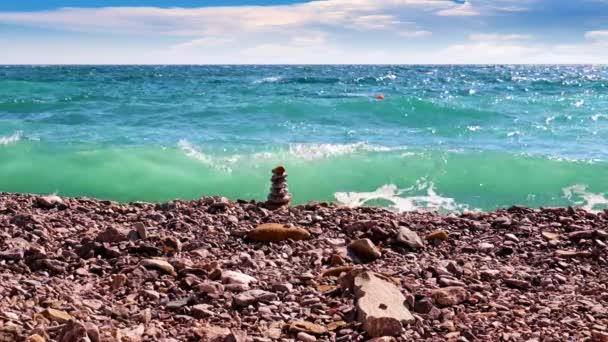 homokos és kavicsos strand és tengeri hullámok a tengerparton