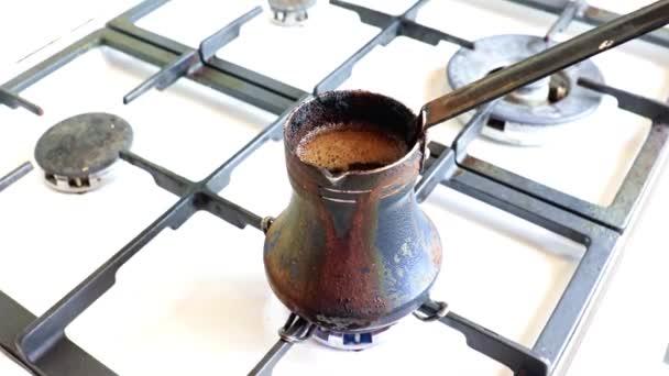 výroba silné černé kávy ve starém kovovém kávovaru na plynovém sporáku v kuchyni