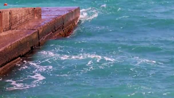 zchátralý beton vlnolamy a mořské vlny na pobřeží