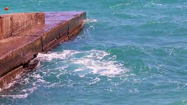 hullámok a tenger és egy régi beton móló