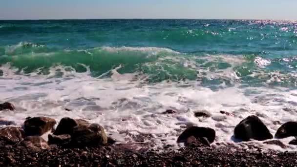 hullámok a tenger és a strand alatt egy kis vihar
