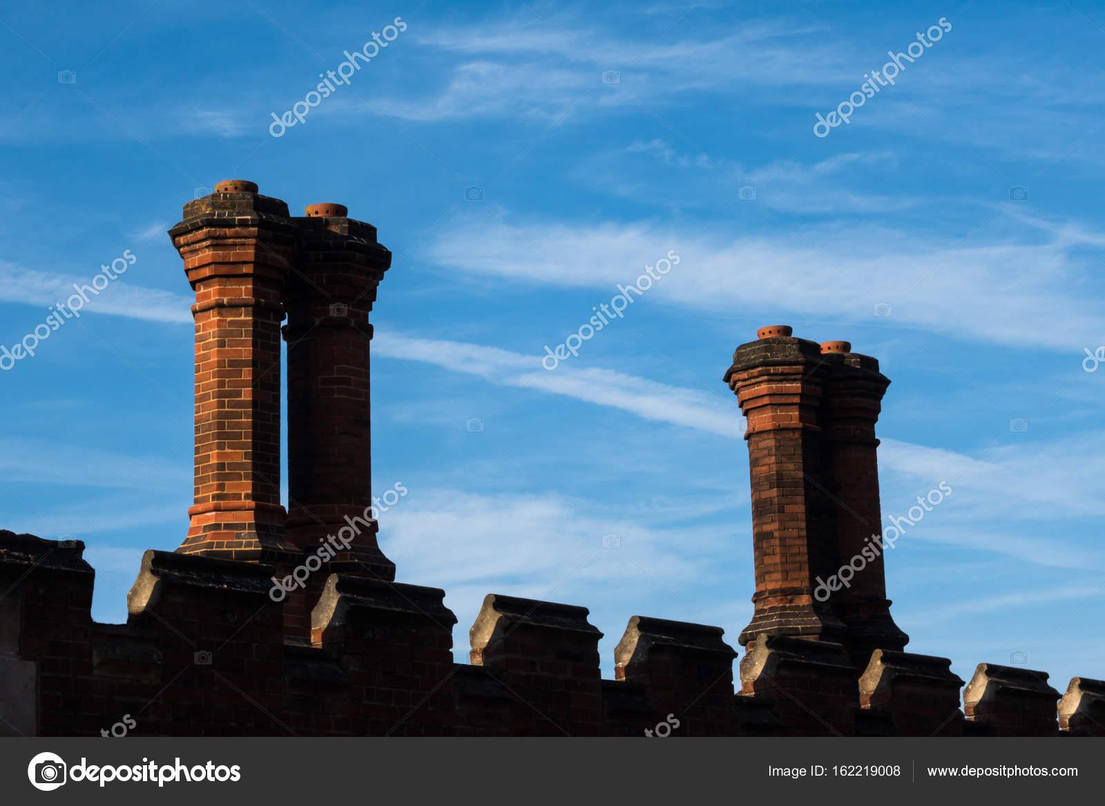 Camini In Mattoni Rossi : Dettaglio dei camini di mattoni rossi sul tetto in architettura