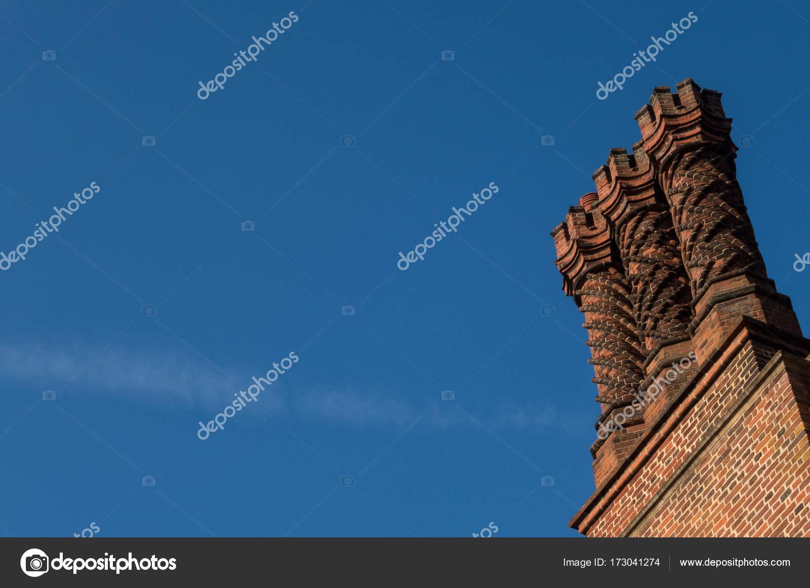 Camini In Mattoni Rossi : Dettaglio dei camini di mattoni rossi sul tetto ornamento in tudor