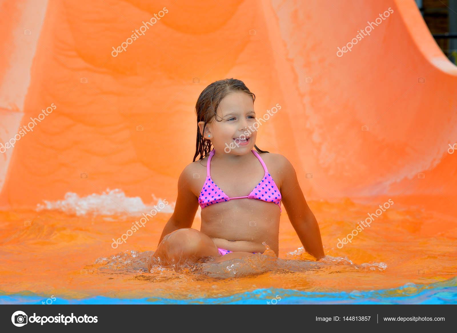Сексуальные малышки водные горки для девочек
