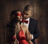 sexy Paar lieben Kuss, Mann im Anzug küsst sinnliche Mode Frau