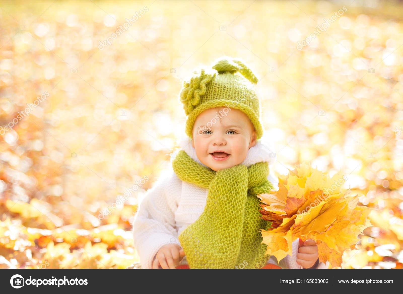 9e9db39f263 Φθινόπωρο μωρό, η Happy Kid πορτραίτο σε εξωτερικούς χώρους με κίτρινο  πτώση των φύλλων,