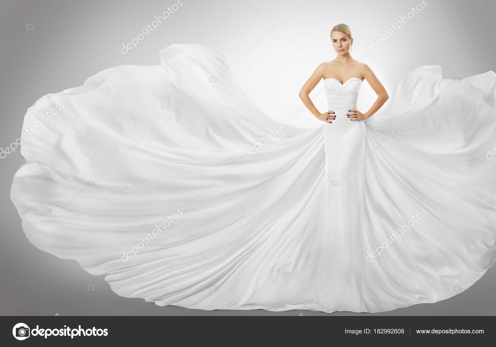 Λευκή γυναίκα που φέρουν φόρεμα d0e86818885