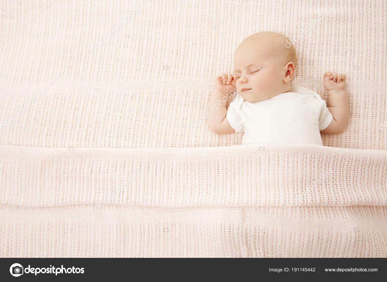 Bebé niña dormir en la cama, niño recién nacido cubierto de manta ...