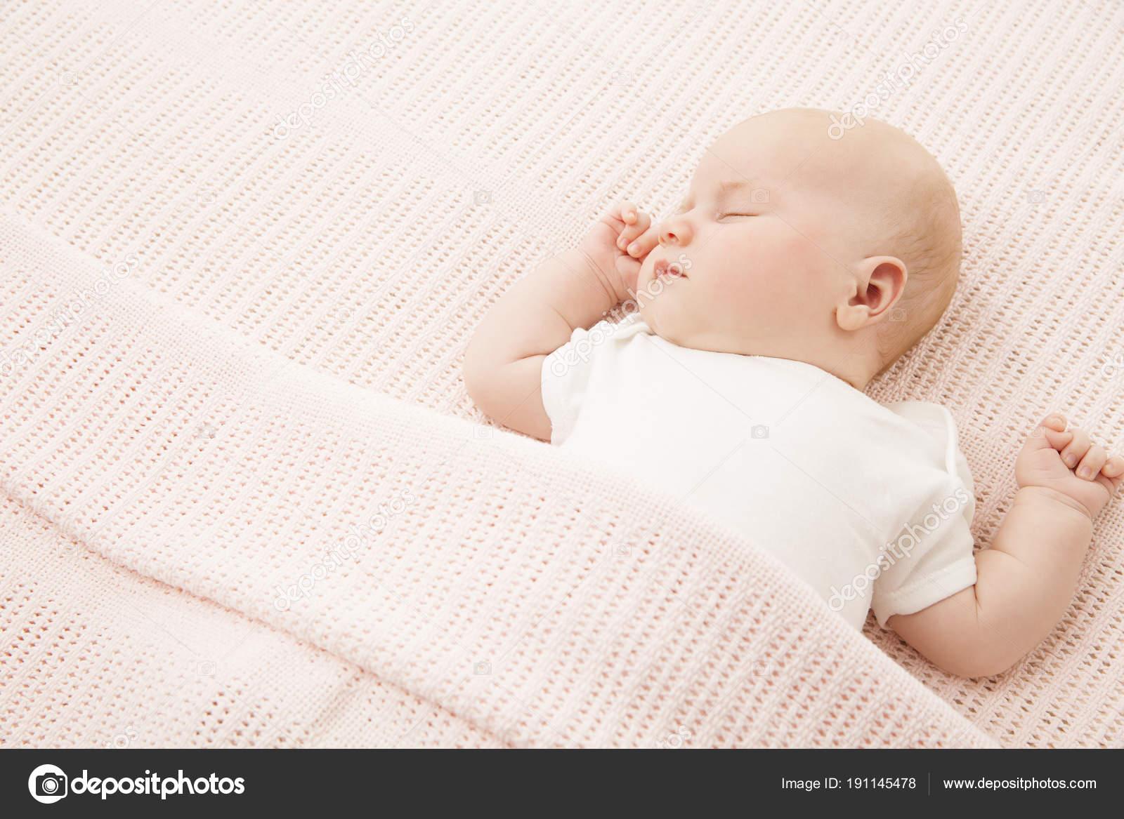 Baby meisje slapen in bed nieuwe geboren kind vallen gebreid