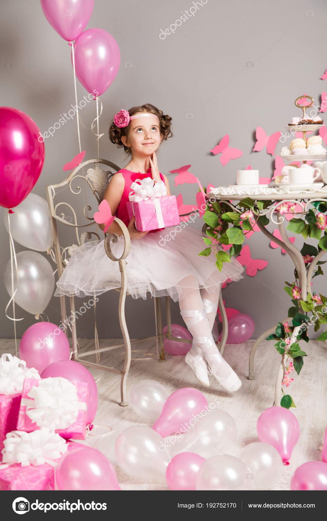 Kind Mädchen Geburtstagsparty, träumen Kid mit vorliegenden ...