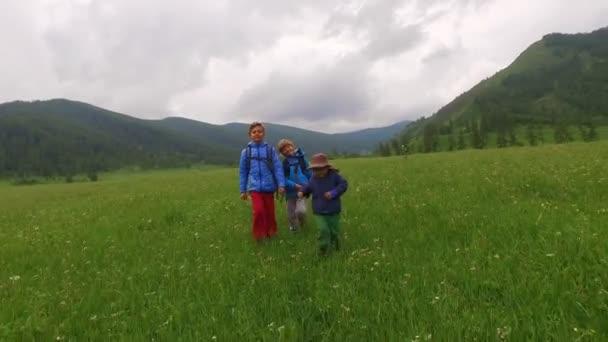 děti chodit s batohy vysokou v horách
