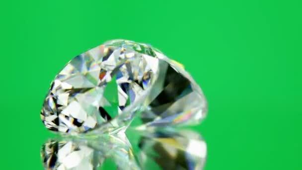 diamanty na zeleném pozadí