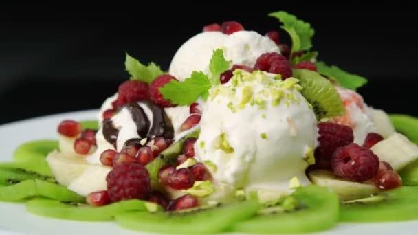 Dezertní vanilková zmrzlina s ovocem, oříšky a ovoce