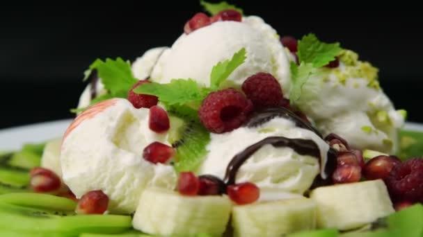 Zmrzlinový dezert s čerstvým ovocem a bobule
