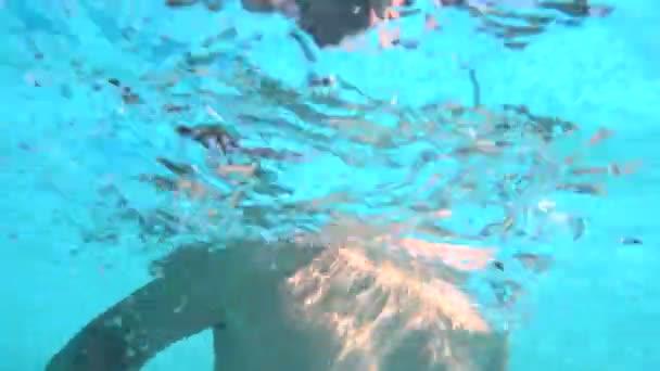 Dítě v brýle, plavání pod vodou
