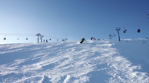 Skifahrer, die beim Waldcross abseits des Wettbewerbs auf dem großen Schnee die Piste hinunterfahren. unsports games , 2. Dezember 2017 sheregesh, russland