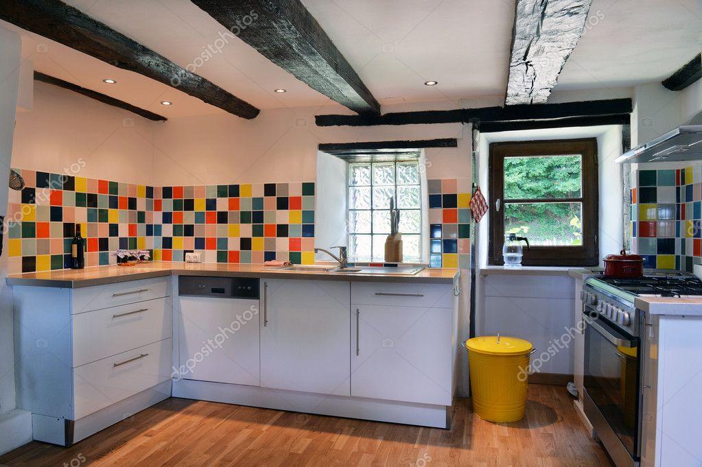 Interiore della cucina con piastrelle colorate — Foto Stock ...