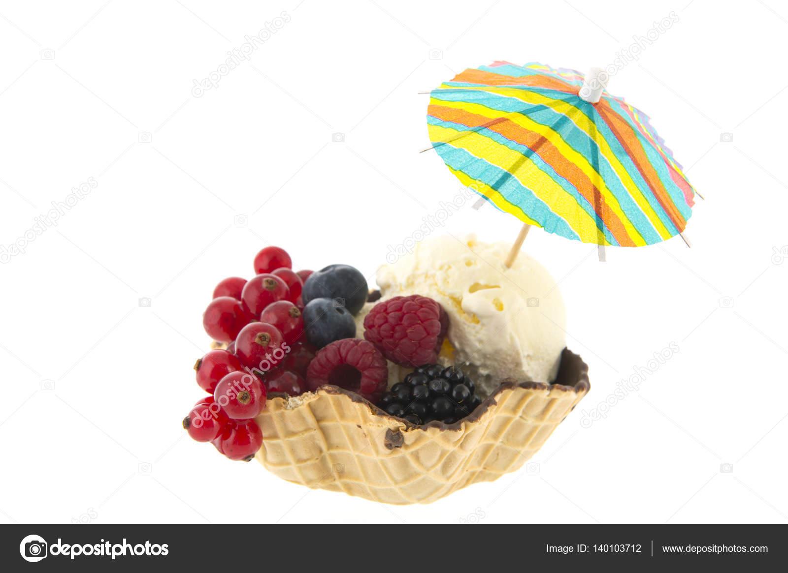 coupe de glace vanille avec des fruits et parasol photographie ivonnewierink 140103712. Black Bedroom Furniture Sets. Home Design Ideas