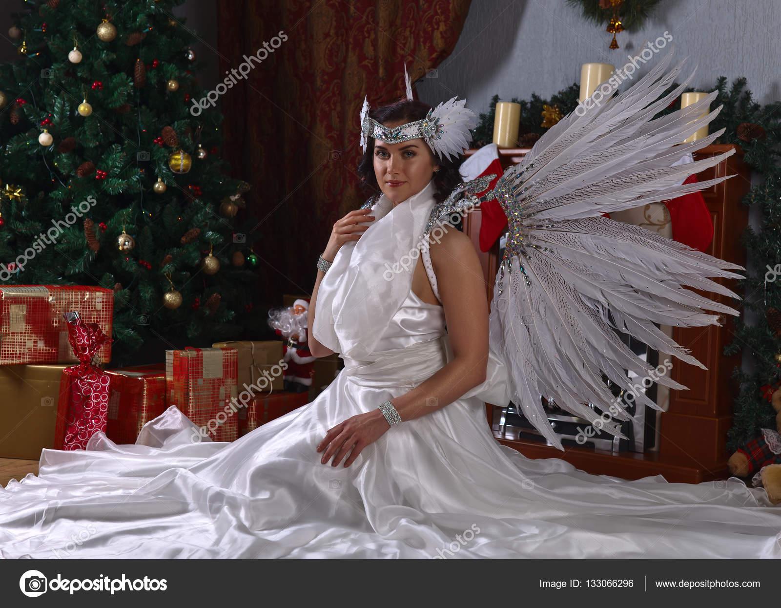 Femme en costume d ange près de sapin de Noël — Photographie igorr1 ... c5e658cd298a