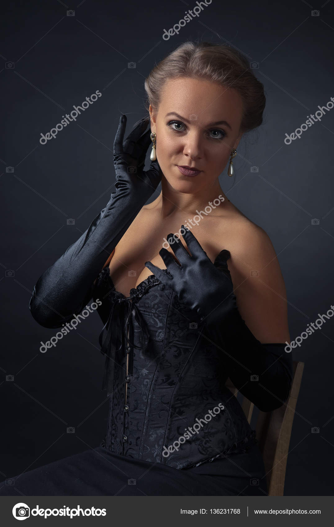 42b28d17613 Young beautiful woman in black corset with pearl earrings — Stock Photo