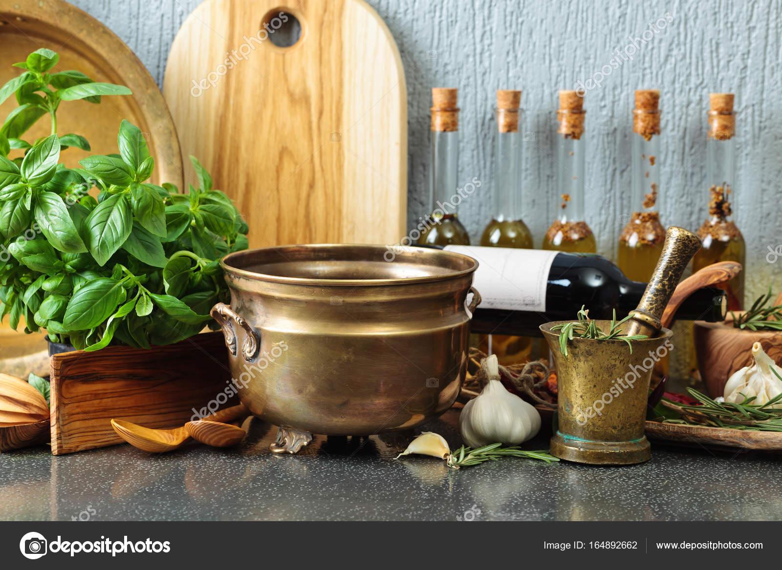 Utensilios de cocina vintage con botellas de aceite de oliva — Foto ...