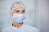 Sebészeti nővér a sapka és a maszk orvosi klinikán. Közeli tájolás. Egészségügy, sebészet.