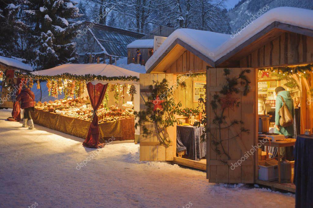 Romantischer Weihnachtsmarkt.Romantischer Weihnachtsmarkt In Bayern Mit Beleuchteten Geschäfte