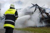 Hasiči v akci na hořící statek v Bavorsku, Německo