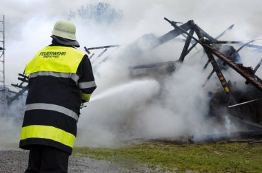 eylem Bavaria, Almanya için yanan çiftlik evinde yangın söndürme