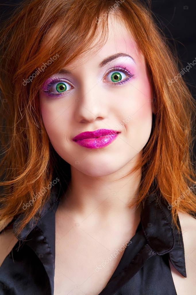 schockiert rothaarige Mädchen mit den grünen Augen